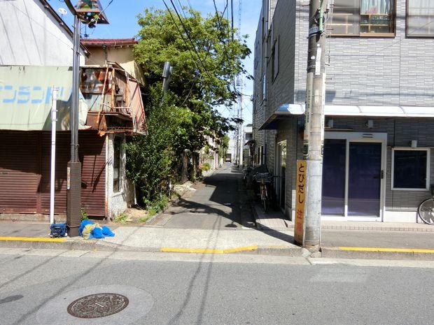 細い路地前の写真