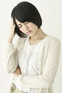 自律神経症状で辛い女性1